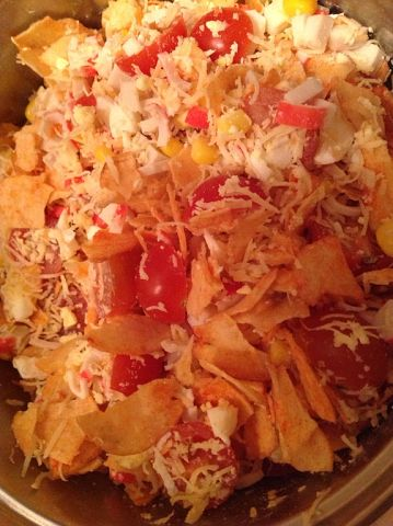 Салат крабовые палочки помидор сыр чипсы