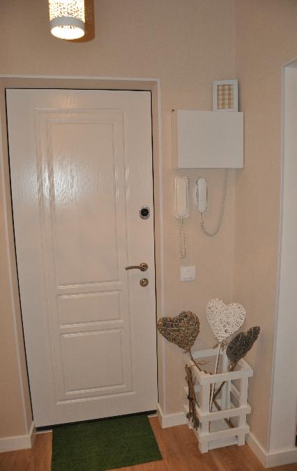 входные металлические двери с белой внутренней дверью и зеркалом