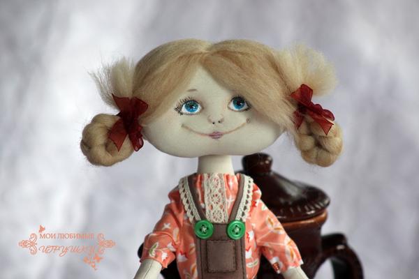 Показать подробности.  Куколка веселая и озорная.  Руки на пуговичном креплении.  Продается с подставкой Рост 40 см.