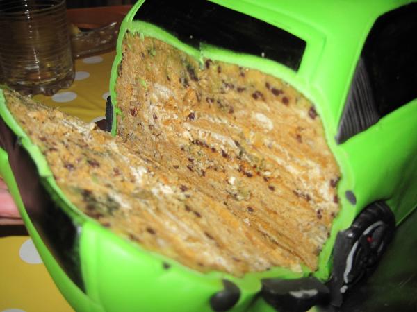 Тортила весит 4 кг, стоит 100 баксов (пипец), по вкусу торт Рыжик (медовые коржи и сгущенка). .