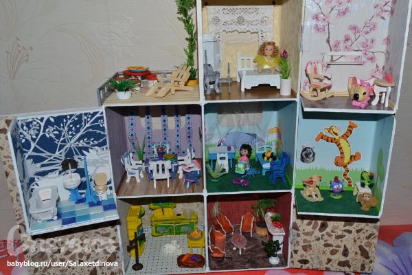 Самодельный кукольный домик.  Каркас из пластмассы, за счёт этого очень лёгкий.  На стенах самоклейка и настоящие...