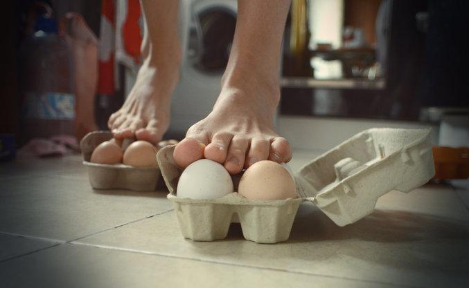 Сдавила яйца по яйцам фото 73-62