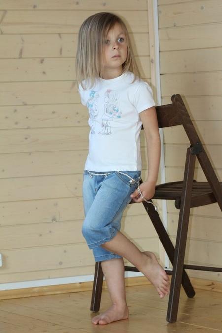 Длинноногая блондинка в колготках и короткой юбке (20 фото)