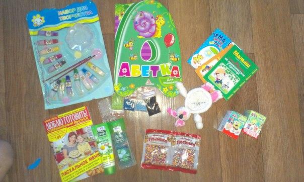 ...Ясику набор красок и киндеры, маме бисер для моих бискорнюшек))) присыпка на пасочки (пригодится моей маме...