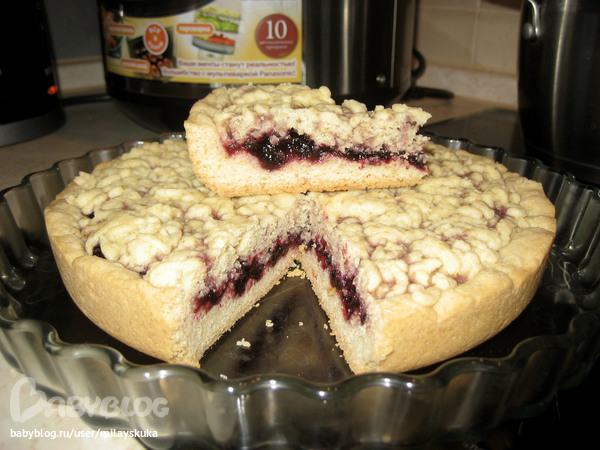 Пирог в мультиварке с смородиновым вареньем