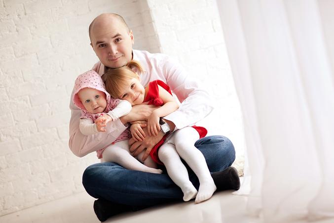 Папа с двумя дочками