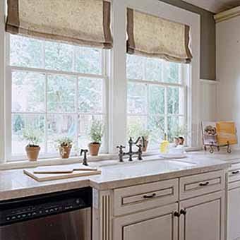 Дизайн кухни два окна 102