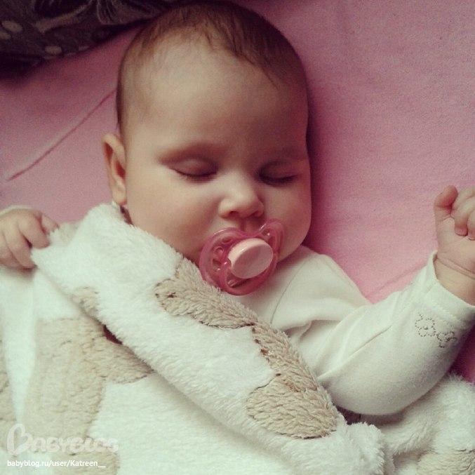 Смотреть бесплатно пока мама спит дочка сосет её соски 22 фотография