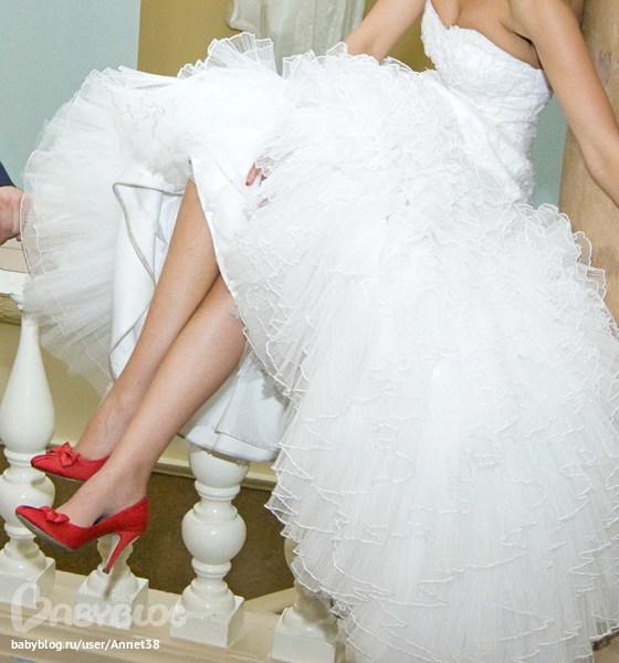 Свадебное платье и красные туфли фото