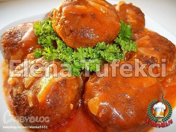 Жарить мясо с луком и морковью