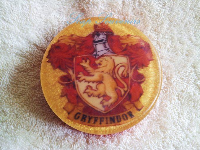 Это герб Гриффиндора-одного из