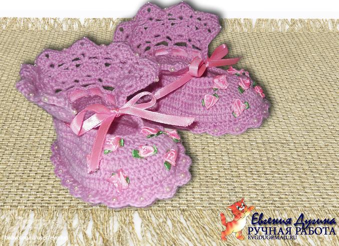 Вязание спицами пинетки с розочками