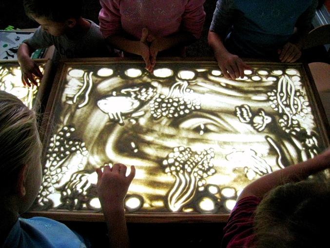 обучение рисованию на световом столе песком если