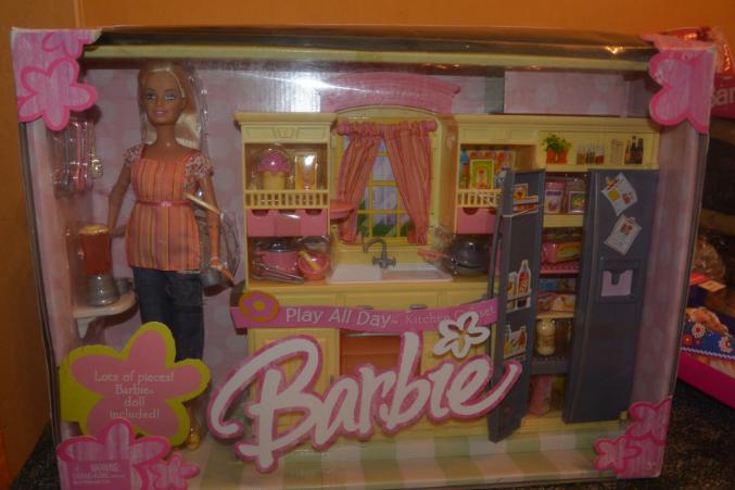Супер редкая кукла .  Прислали из США. мебель и много посудки и еды. новая. из коробки не вынималась.у этой год...