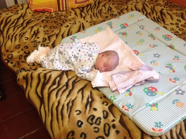 Кроха все еще пытается приблизиться во сне к позе, которую занимал в течение предыдущих 9 месяцев, кроме того, он еще не может полностью расслабиться из-за повышенного мышечного тонуса.